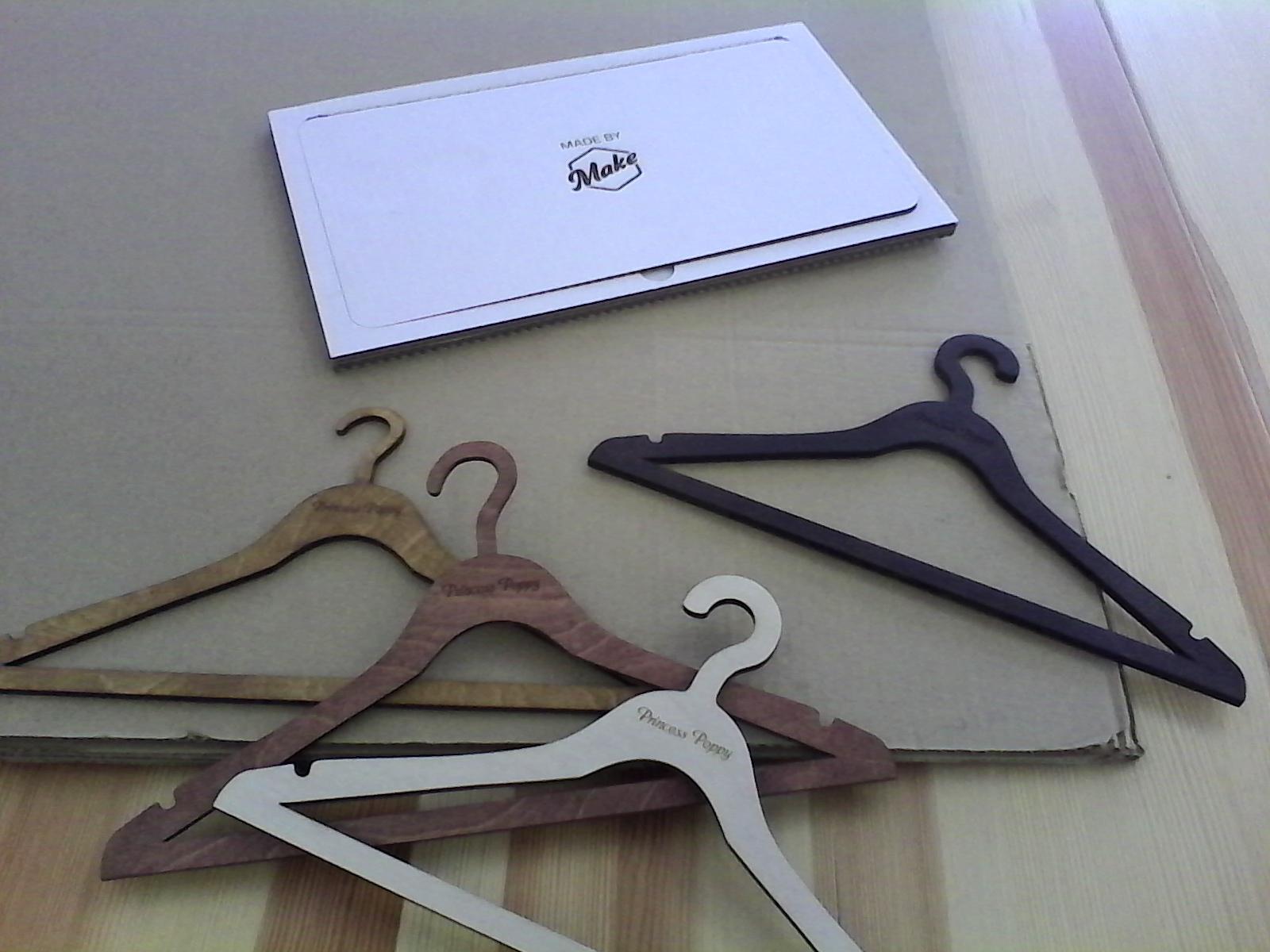 Именные вешалки из дерева на заказ. Make Fabrication Studio